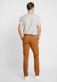 DOCKERS - SMART 360 FLEX ALPHA SKINNY - Chinos - dark ginger - 2