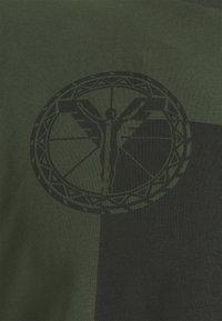 Carlo Colucci - BLOCK - Print T-shirt - oliv - 2