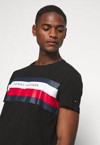 Tommy Hilfiger - STRIPE TEE - T-shirt con stampa - black - 4