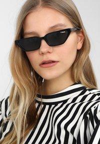 VOGUE Eyewear - GIGI HADID - Zonnebril - black - 1