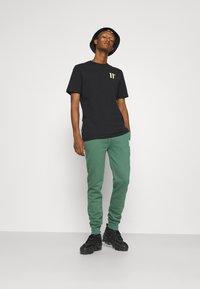 11 DEGREES - CORE REGULAR FIT - Teplákové kalhoty - elm green - 1