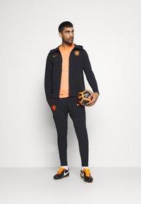 Nike Performance - NIEDERLANDE KNVB HOODIE  - Sudadera con cremallera - black/safety orange - 1