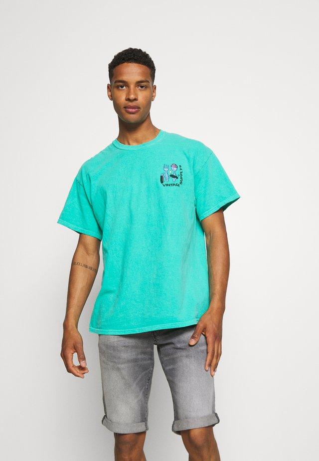 OVERDYE BRANDED TEE - T-shirt z nadrukiem - green