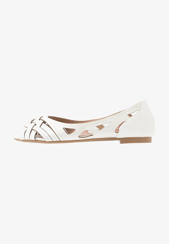 WIDE FIT PEARLENE  - Bailarinas peeptoe - white