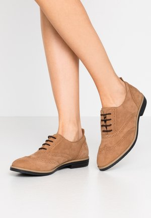 LEATHER FLAT SHOES - Lace-ups - brown