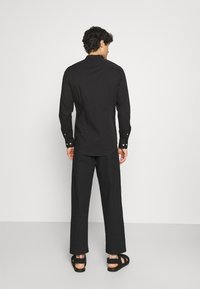 Pier One - MUSCLE FIT - Camicia - black - 2