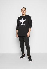 adidas Originals - CREW - Mikina - black/white - 4