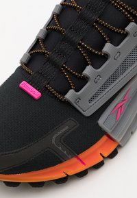 Reebok Classic - ZIG KINETICA EDGE - Zapatillas - black/proud pink - 5