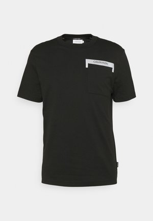 REFLECTIVE POCKET - Print T-shirt - black