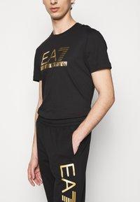EA7 Emporio Armani - Trainingsbroek - black/gold - 3