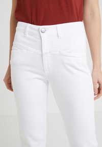 CLOSED - PEDAL PUSHER - Relaxed fit jeans - white - 4