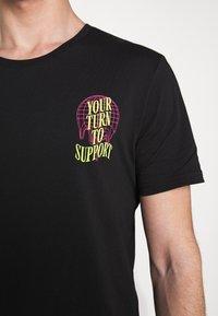 YOURTURN - T-shirt z nadrukiem - black - 11
