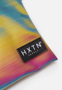 HXTN Supply - PRIME CROSSBODY UNISEX - Taška spříčným popruhem - iridescent - 4