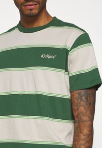 Kickers Classics - HORIZONAL STRIPE TEE - T-shirt z nadrukiem - beige/green - 4