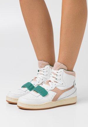 BASKET USED - Zapatillas altas - white/almost apricot