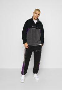 Mennace - CHEVRON PANEL POLAR FLEECE 1/4 ZIP SWEATSHIRT - Sweatshirt - black - 1