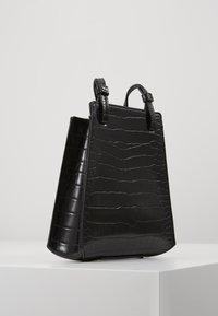 Who What Wear - PEYTON - Across body bag - black croco - 3