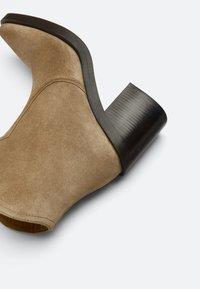 Uterqüe - High heeled ankle boots - nude - 5