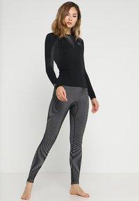 ODLO - CREW NECK PERFORMANCE WARM - Maglietta intima - black/concrete grey - 1