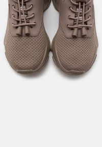 Steve Madden - MATCH - Sneakers laag - dark taupe - 5