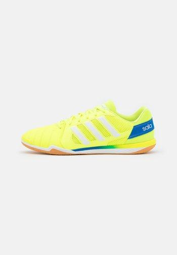 TOP SALA - Indoor football boots - solar yellow/footwear white/glow blue