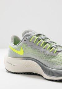 Nike Performance - AIR ZOOM PEGASUS 37 UNISEX - Chaussures de running neutres - grey fog/volt/smoke grey/sail - 5