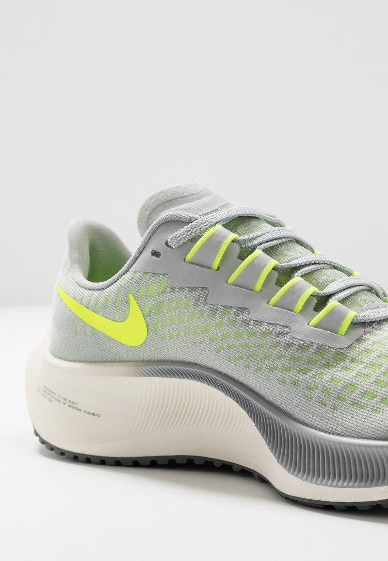 Inscribirse dividir Perforar  Nike Performance AIR ZOOM PEGASUS 37 UNISEX - Neutral running shoes - grey  fog/volt/smoke grey/sail/light grey - Zalando.ie