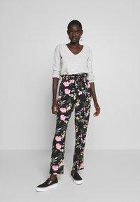 Vero Moda Tall - VMSIMPLY EASY PAPERBAG PANT - Bukse - black/elva - 1