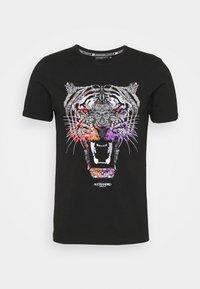 GROWLER DUAL TEE - Print T-shirt - jet black black/orange/pink