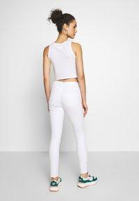Vero Moda - VMHOT SEVEN ANKLE ZIP PANTS - Jeans Skinny Fit - bright white - 2