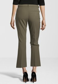 Fiveunits - HOSE CLARA CROP BELTED 285 - Trousers - green - 1