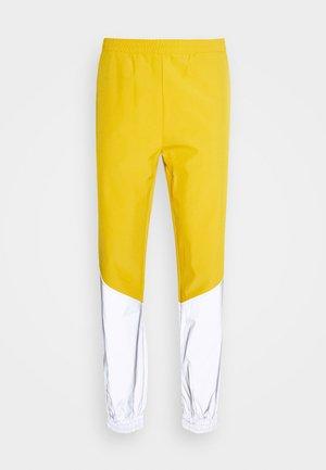 FREDERICK REFLECTIVE TRACK PANTS - Spodnie materiałowe - golden glow