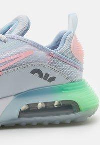Nike Sportswear - AIR MAX 2090 SE UNISEX - Zapatillas - pure platinum/arctic punch - 5