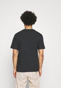 Levi's® - TEE UNISEX - T-shirt z nadrukiem - seasonal housemark fill, caviar - 5