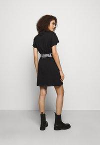 KARL LAGERFELD - LOGO TAPE DRESS - Sukienka z dżerseju - black - 2