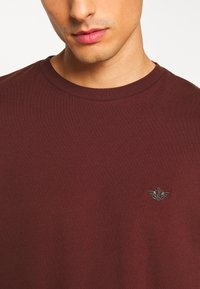 DOCKERS - PACIFIC CREW TEE - Basic T-shirt - chestnut red - 5
