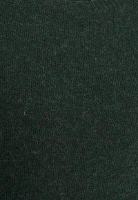 Vero Moda Petite - VMDOFFY O NECK DRESS PETIT - Pletené šaty - pine grove - 2