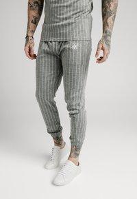SIKSILK - Pantalon de survêtement - grey pin stripe - 0