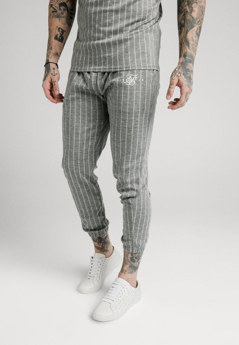SIKSILK - Pantalon de survêtement - grey pin stripe