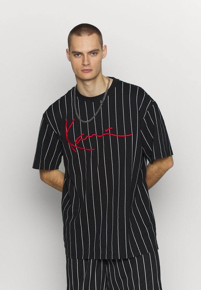 SIGNATURE PINSTRIPE TEE - T-shirt z nadrukiem - black/white/red