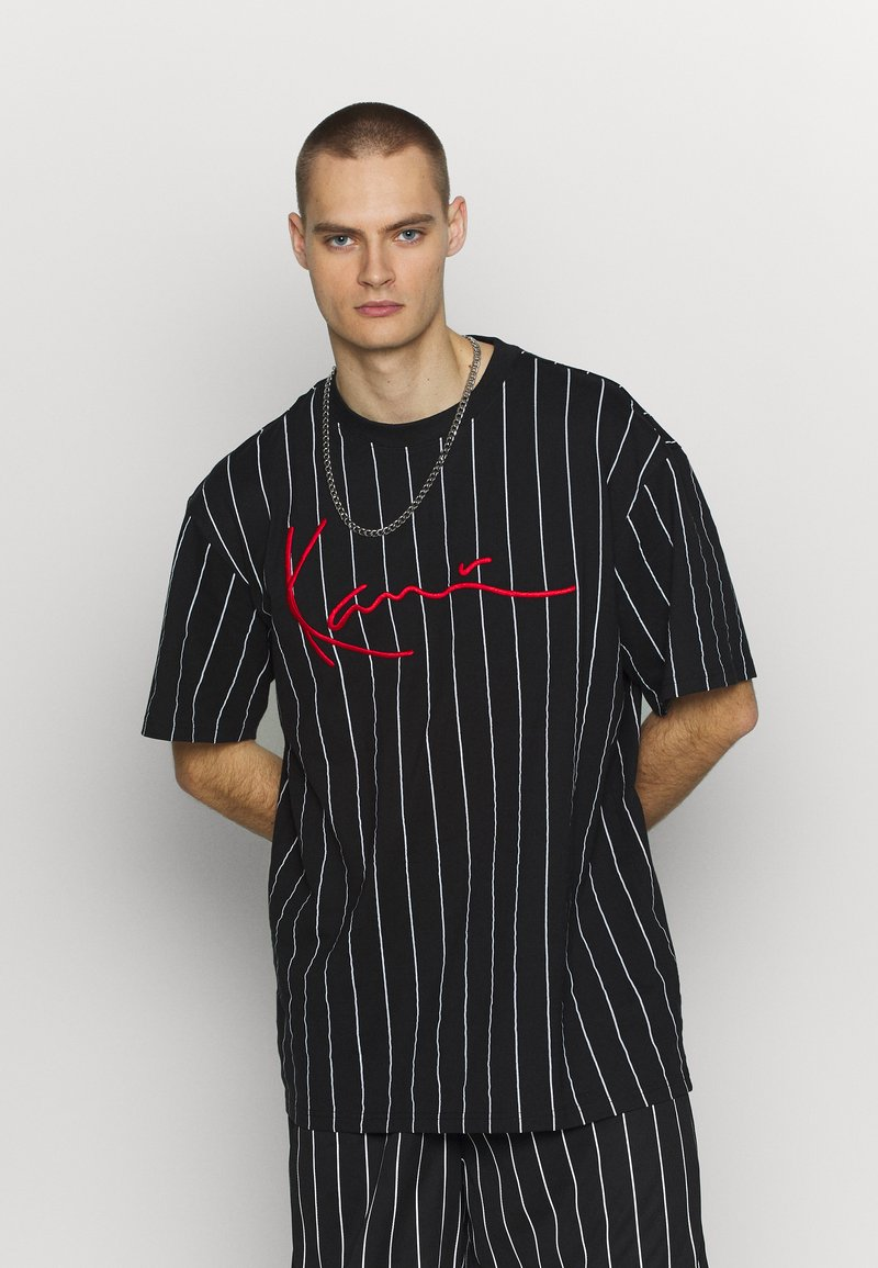 Karl Kani - SIGNATURE PINSTRIPE TEE - Print T-shirt - black/white/red