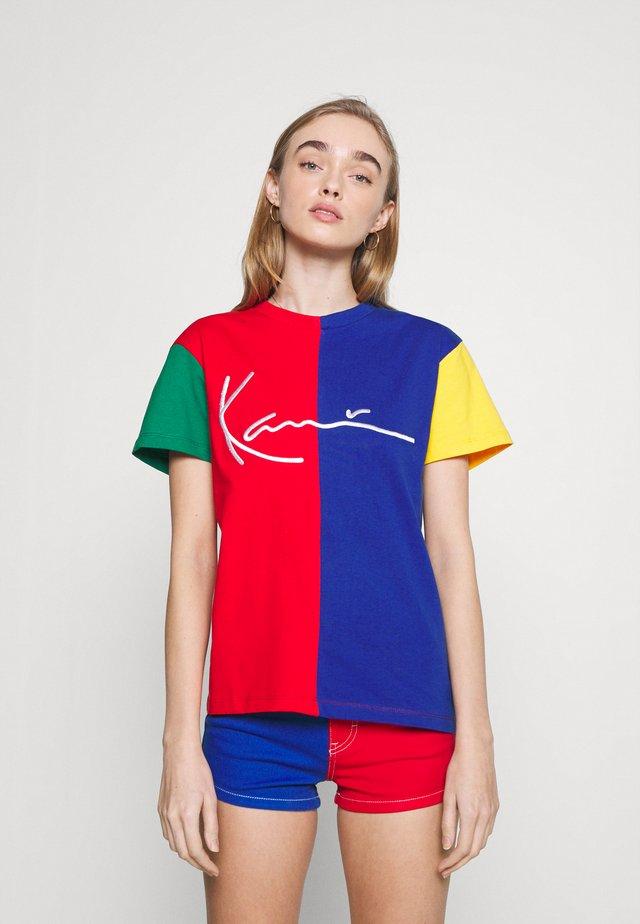 SIGNATURE BLOCK TEE - Print T-shirt - multicolor