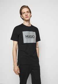 HUGO - T-shirt con stampa - black - 0