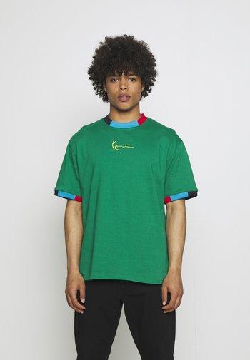 UNISEX SMALL SIGNATURE TEE - T-shirt imprimé - green