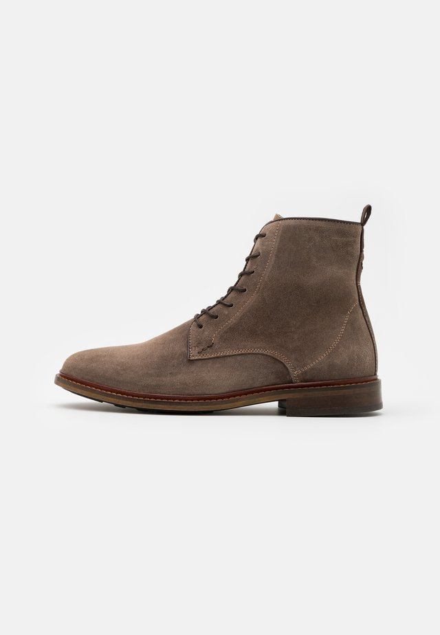 WAXED  - Bottines à lacets - taupe