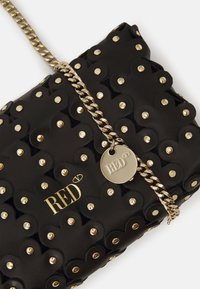 Red V - FLOWER PUZZLE WALLET ON CHAIN - Clutch - black - 4