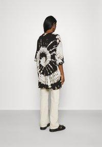 Weekday - HUGE - Print T-shirt - black - 2
