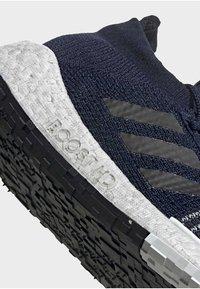 adidas Performance - 2019-12-01 PULSEBOOST HD SHOES - Sneaker low - blue - 7