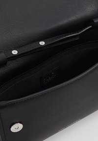 KARL LAGERFELD - IKON LEO POCHETTE ON CHAIN SET - Wallet - white - 3