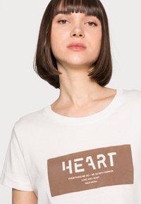 Mos Mosh - CHÉRIE TEE - Print T-shirt - woodsmoke - 3